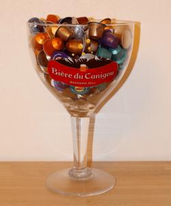verre-geant-et-capsules-cafe