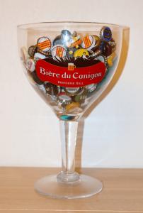 verre-geant-et-capsules-de-biere